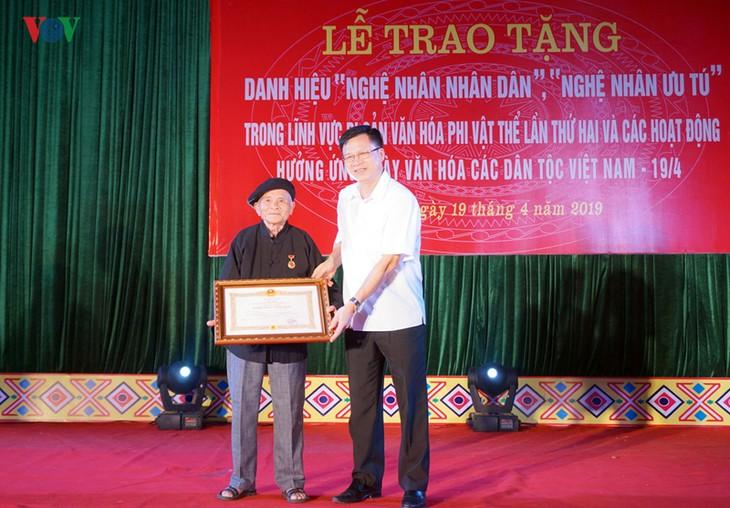 О народном мастере Хоанг Хоа, который сохраняет и популяризирует древнюю культуру - ảnh 1