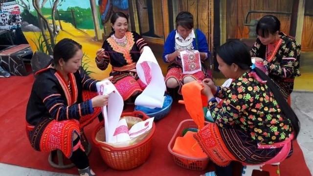 몽족의 의상에 문화를 부여하는 공예 – 베트남 무형 문화 유산 - ảnh 1