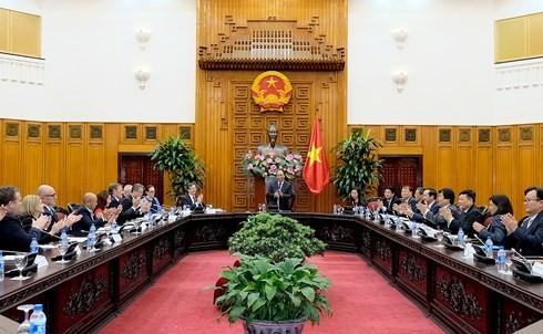 Nguyen Xuan Phuc 총리와 미국전기차개발 컨소시임 회견 - ảnh 1