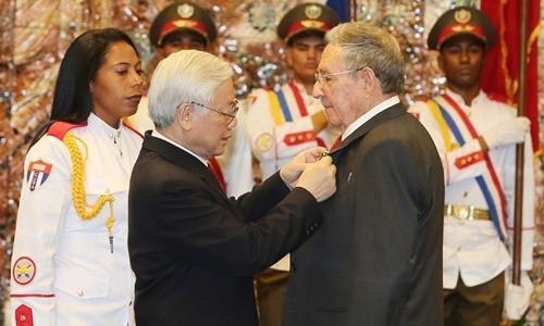 Nguyen Phu Trong총서기장, Raul Castro Ruz 쿠바 공화국 주석에게 황성 훈장 수여 - ảnh 1