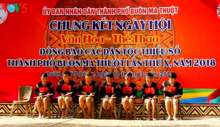민족 전통 문화를 이어주는 사람들 - ảnh 1