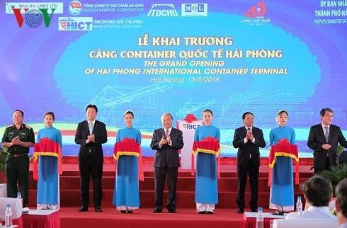 응 웬 쑤언 푹 (Nguyen Xuan Phuc)총리 Hai Phong국제컨테이너 항구 개막 테이프 끊어 - ảnh 1