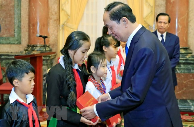 Tran Dai Quang 국가주석,  전국 빈곤 아동 대표들과 회견 - ảnh 1