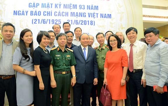 베트남 총리, 언론이 국가 건설과 방위 사업에 막대한 공헌 - ảnh 1