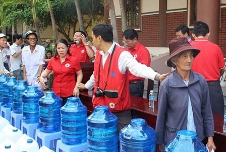 베트남 적십자사,  홍수 피해 주민들에게 계속 인도주의적  지원 - ảnh 1
