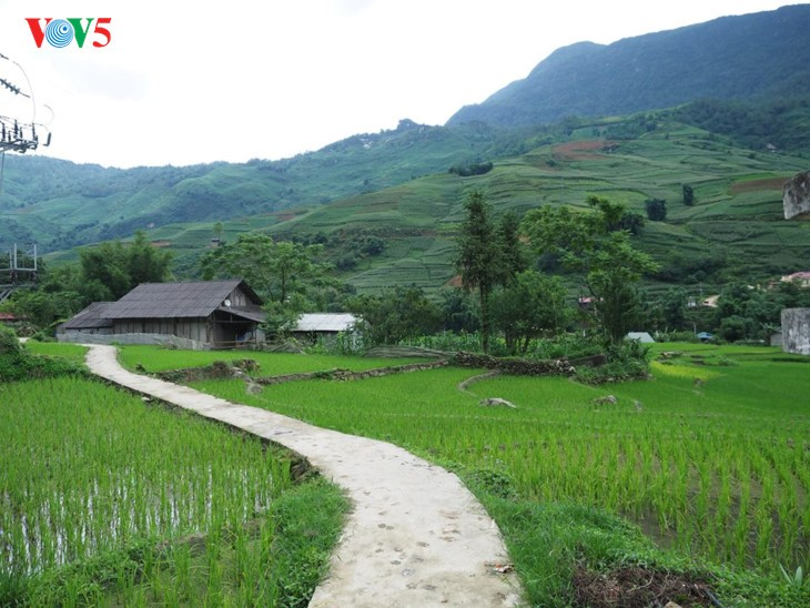사진집: 따반 – 산 마을속의 거리 - ảnh 2