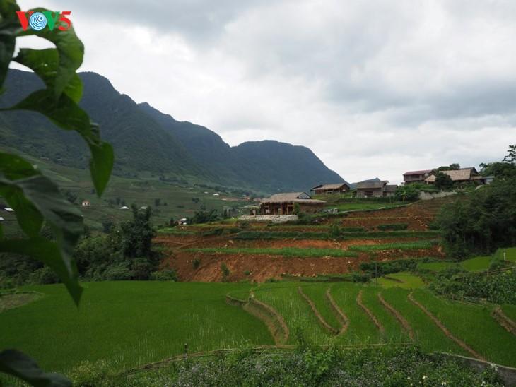 사진집: 따반 – 산 마을속의 거리 - ảnh 3