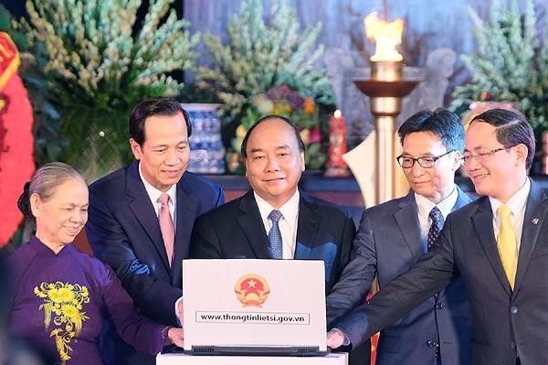 응웬쑤안푹 총리, 하노이 썬떠이 열사묘지에서 분향 및 국가유공자증서 수여 - ảnh 2