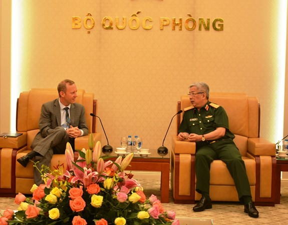 Nguyen Chi Vinh 국방부 차관, Gareth Ward 영국 대사 접견 - ảnh 1