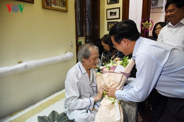 중앙선교부 버반트엉 위원장, 베트남 '무대의 날'을 맞아 각 인민예술가  치하 - ảnh 1