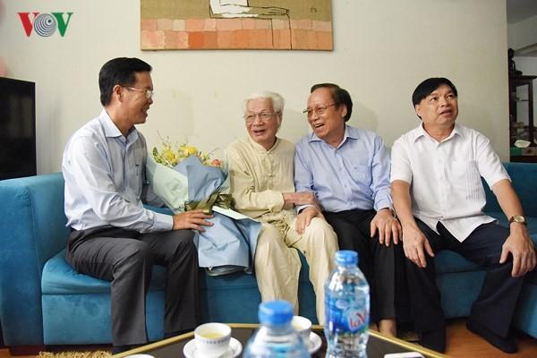 중앙선교부 버반트엉 위원장, 베트남 '무대의 날'을 맞아 각 인민예술가  치하 - ảnh 2