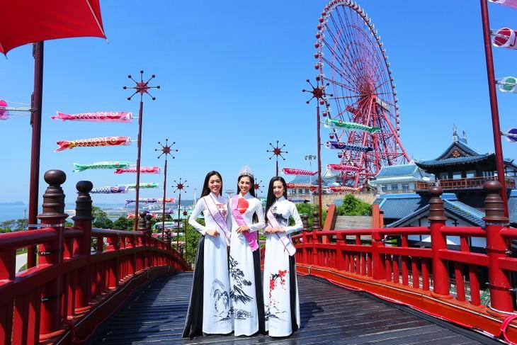 탑 3미스 베트남,  우아한 아오자이 차림으로  해돋이 축제 참여 - ảnh 1