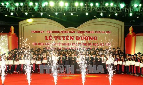 하노이 : 대학 최우수 졸업생 표창 - ảnh 1
