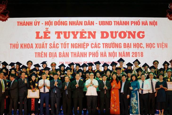 하노이시, 대학 수석 졸업생 표창 - ảnh 16