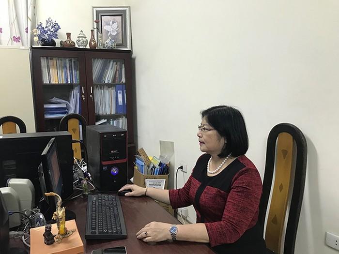 학술 연구에 심취해 있는 Nguyen Thi Kim Hoa우수교원 - ảnh 1