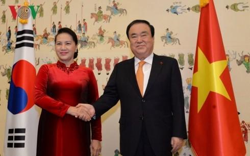 문희상 한국 국회의장, 응우옌 티 낌 응언 베트남 국회의장과 회담 - ảnh 1