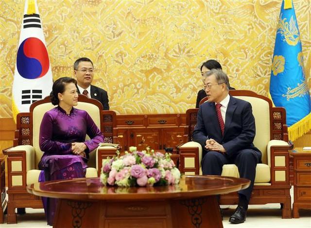 응우옌 티 낌 응언 베트남 국회의장, 문재인 한국 대통령과 회견 - ảnh 1