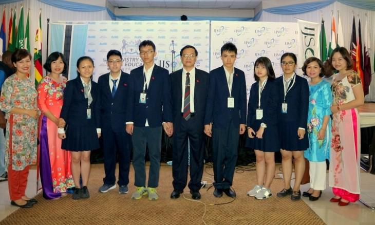 국제중학생 과학 올림피아드에서 4개 금메달 획득, 기록 갱신 - ảnh 1