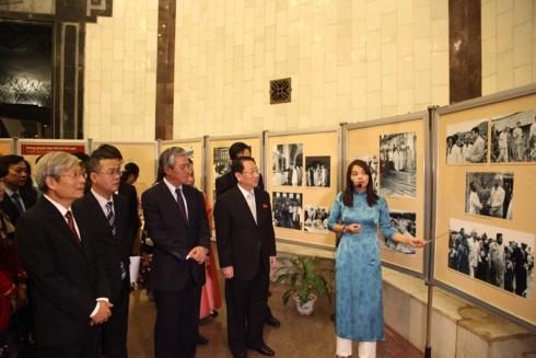 조선 주석 베트남 방문 60주년 기념 사진 전시회 - ảnh 1