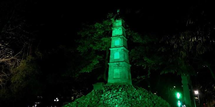 호안끼엠 호수의 붓(Bút)탑에 초록불이 켜진다 - ảnh 1