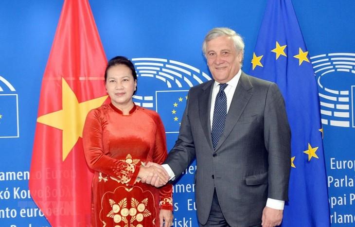 응우옌 티 낌 응언 국회 의장, 유럽의회 의장과 회담 - ảnh 1