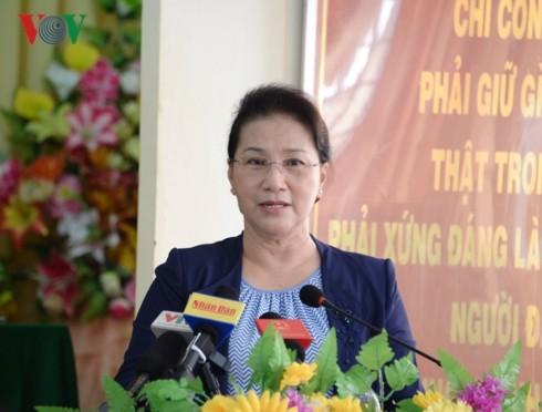 응우옌 티 낌 응언 국회의장, 베트남 껀터시 퐁띠엔현 유권자들 만나 - ảnh 1