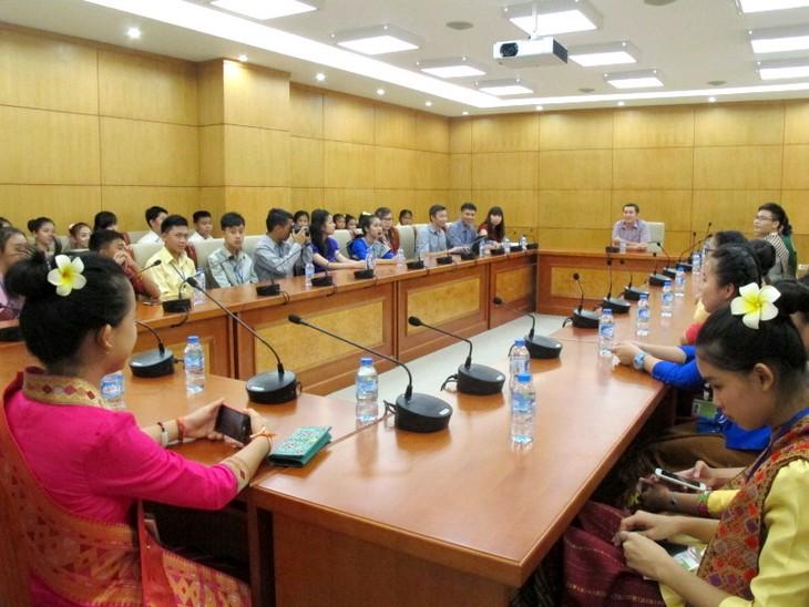 Đoàn thanh thiếu nhi kiều bào Lào về thăm Việt Nam - ảnh 1