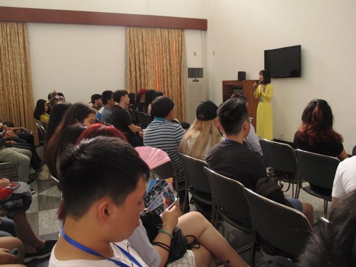 Các thanh niên kiều bào tham quan Hội trường Thống nhất và giao lưu với John Hùng Trần - ảnh 3
