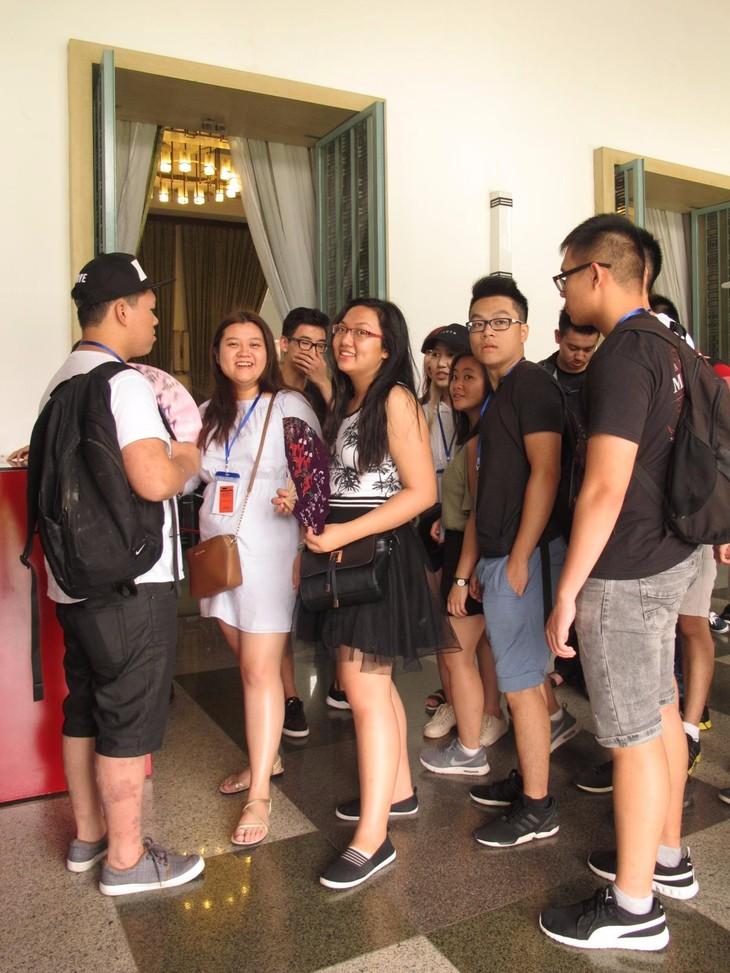 Các thanh niên kiều bào tham quan Hội trường Thống nhất và giao lưu với John Hùng Trần - ảnh 2