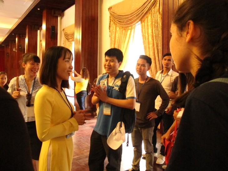 Các thanh niên kiều bào tham quan Hội trường Thống nhất và giao lưu với John Hùng Trần - ảnh 4