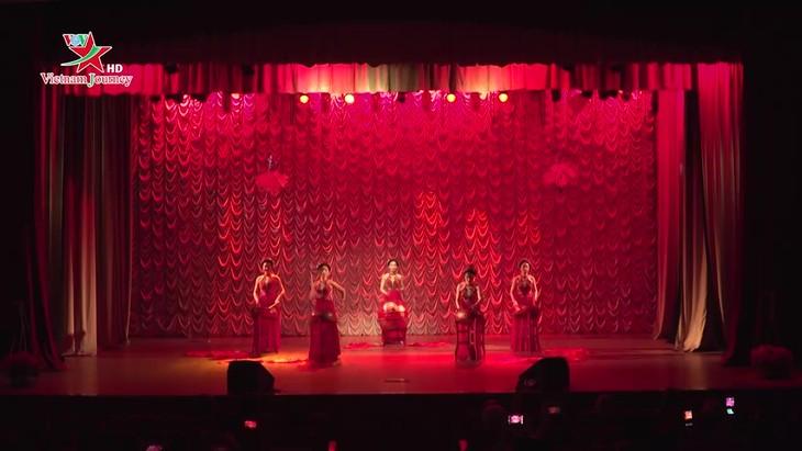 """Đêm giao lưu văn nghệ """"Tâm hồn đồng điệu Việt-Nga"""" tại trường Đại học Tài chính-LB Nga - ảnh 1"""