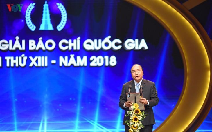 Thủ tướng Nguyễn Xuân Phúc dự và trao giải cho các tác giả xuất sắc đoạt Giải Báo chí quốc gia năm 2018 - ảnh 1