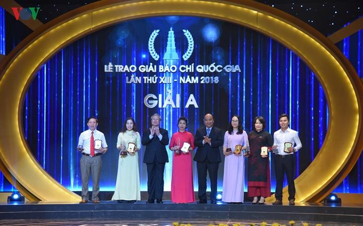 Thủ tướng Nguyễn Xuân Phúc dự và trao giải cho các tác giả xuất sắc đoạt Giải Báo chí quốc gia năm 2018 - ảnh 2