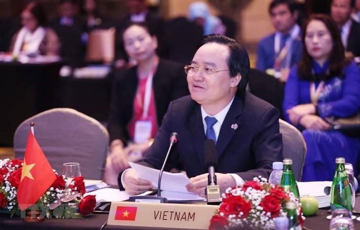 Bộ trưởng Phùng Xuân Nhạ: Cần xây dựng môi trường học tập hạnh phúc - ảnh 1