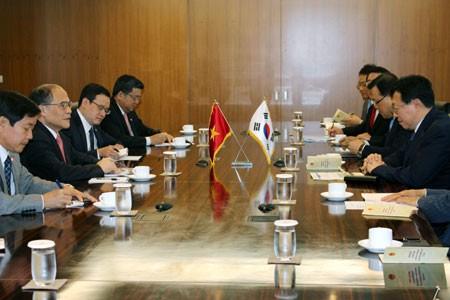 Ketua MN Vietnam, Nguyen Sinh Hung  mengunjungi Grup KUMHO ASIANA - ảnh 1
