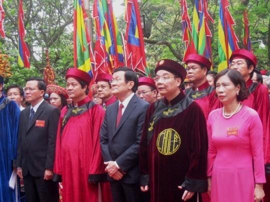 Upacara membakar hio untuk mengenangkan para Raja Hung - ảnh 1