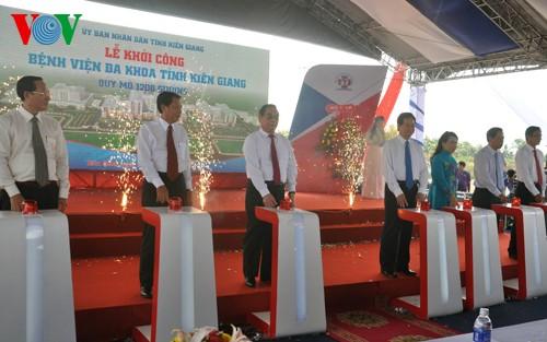 Acara pencangkulan pertama  tiga  propyek pembangunan titik berat di propinsi Kien Giang - ảnh 1