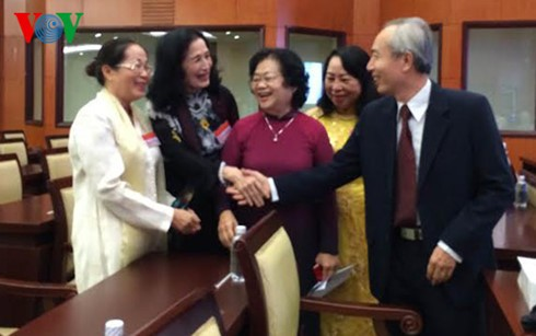 Kota Ho Chi Minh melakukan pertemuan berbagai generasi anggota Majelis Nasional  - ảnh 1