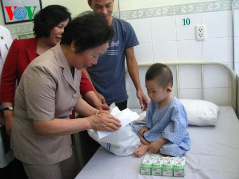Вице-президент СРВ Нгуен Тхи Зоан вручила подарки детям в больнице Хоанми города Дананг - ảnh 1