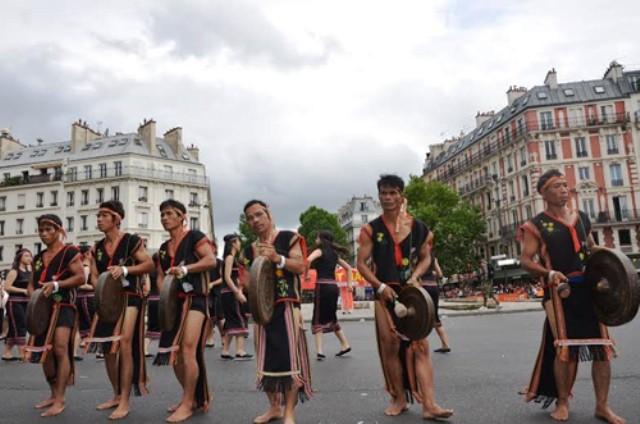 В Париже прошло уличное представление искусства игры на гонгах народов плато Тэйнгуен - ảnh 1