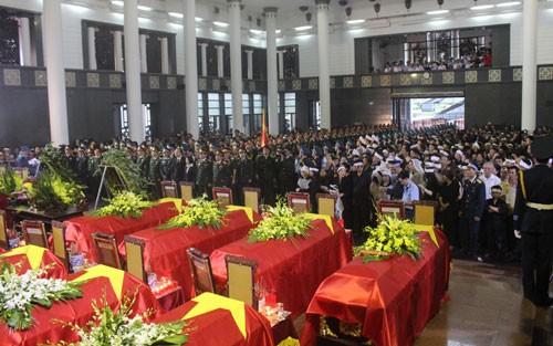 В Ханое прошла церемония прощания с офицерами и солдатами, погибшими при крушении вертолета - ảnh 1