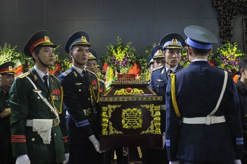 В Ханое прошла церемония прощания с офицерами и солдатами, погибшими при крушении вертолета - ảnh 2