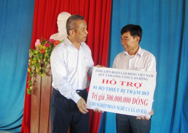 Глава Конфедерации труда Вьетнама навестил рыбаков в провинции Куангнгай - ảnh 1