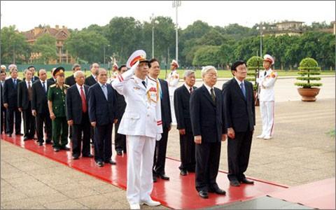 Руководители Вьетнама почтили память павших за Родину героев и посетили мавзолей Хо Ши Мина - ảnh 1