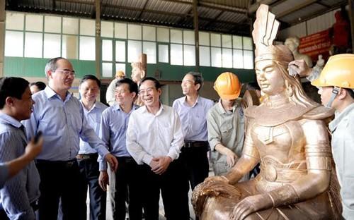 Нгуен Тхиен Нян провёл осмотр в ремесленных деревнях в провинции Намдинь и пригороде Ханоя - ảnh 1