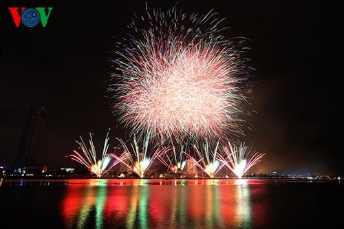 В городе Дананг открылся Международный конкурс фейерверков-2015 - ảnh 2