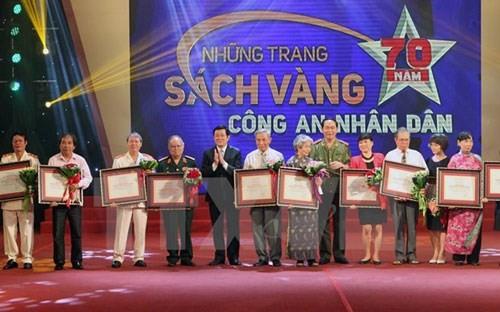 Президент Вьетнама принял участие в программе «Золотые страницы 70-летия народной милиции» - ảnh 1