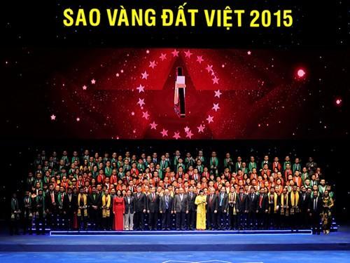 В Ханое вручена премия «Золотая звезда Вьетнамской земли-2015» - ảnh 1