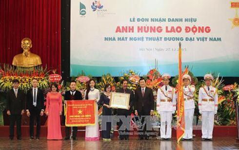 Вьетнамскому театру современных искусств и больнице «Дружба» присвоено звание «Герой труда» - ảnh 2