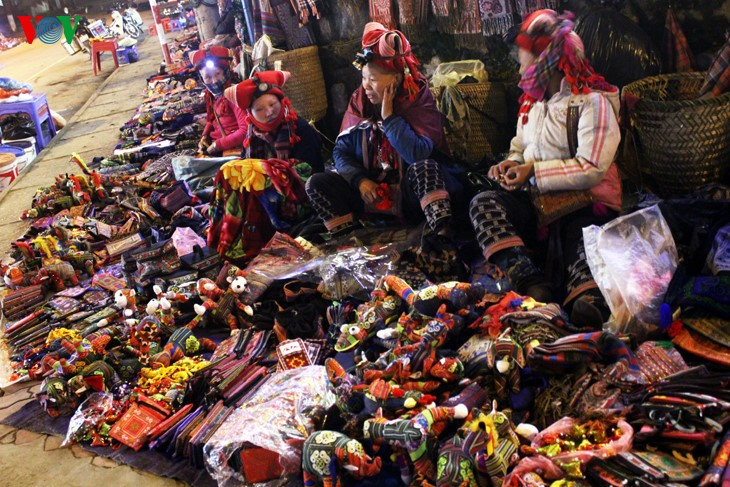 Жители Шапы продают товары в холодную погоду - ảnh 2